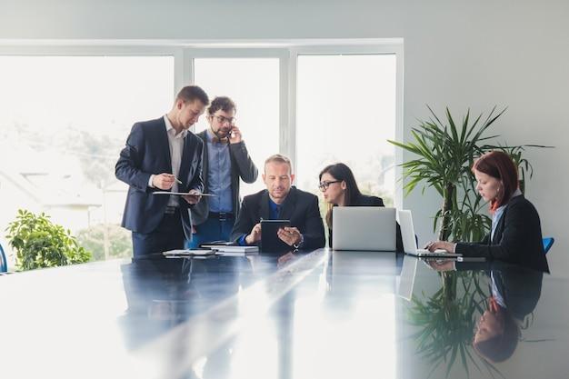 Gruppo di colleghi in sala conferenze