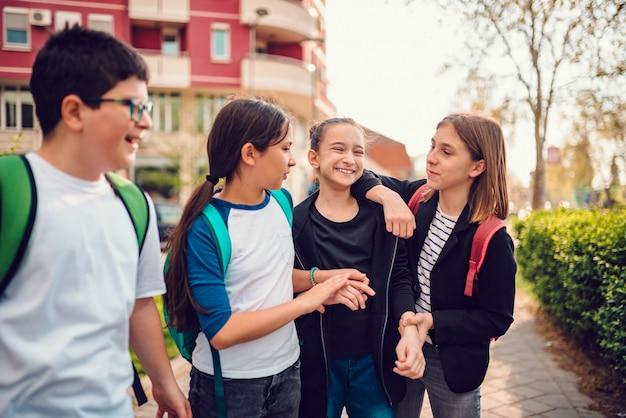 Gruppo di compagni di scuola che vanno a casa dopo la scuola