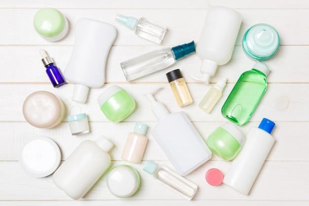 Gruppo di composizione bottiglia di plastica per la cura del corpo con prodotti cosmetici
