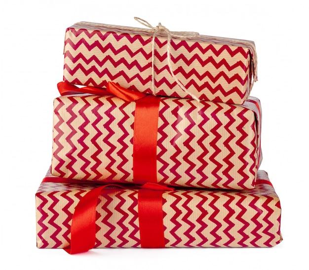 Gruppo di contenitori di regalo in carta del mestiere isolata su fondo bianco