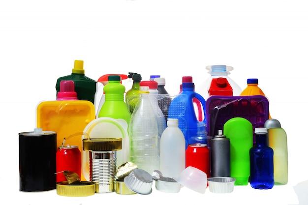 Gruppo di contenitori in plastica e metallo