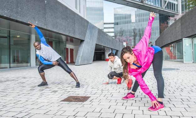 Gruppo di corridori urbani che fanno sport in un'area urbana