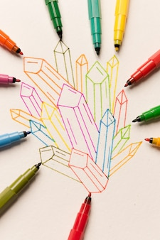 Gruppo di cristalli colorati dipinti tra pennarelli