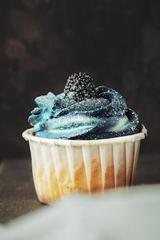 Gruppo di cupcakes sul fuoco selettivo scuro