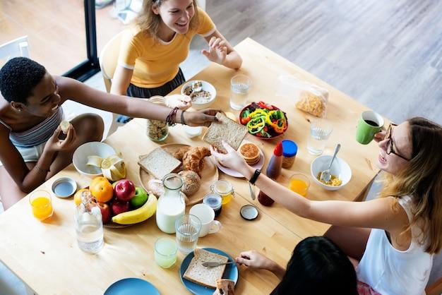 Gruppo di diverse donne facendo colazione insieme