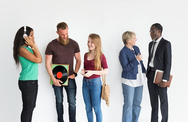 Gruppo di diverse persone che chiacchierano ritratto isolato