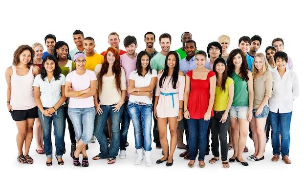 Gruppo di diverse persone in piedi insieme isolato su bianco
