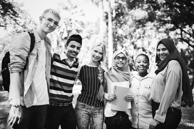 Gruppo di diversi adolescenti appendere fuori