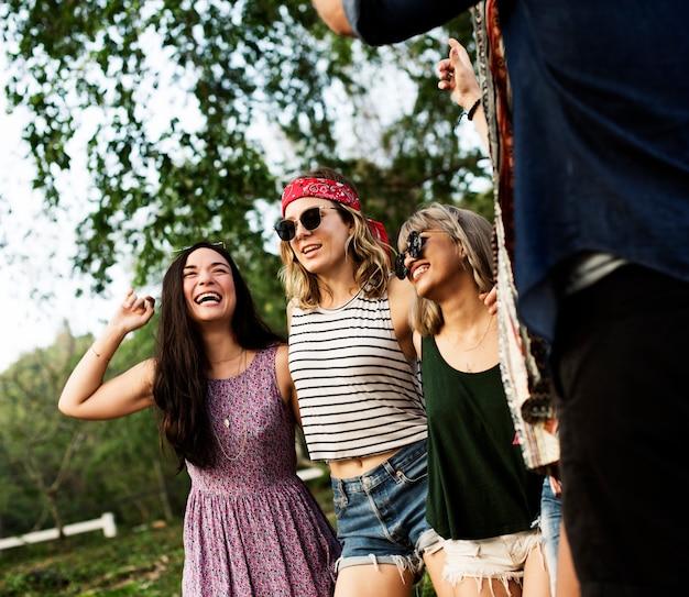 Gruppo di diversi amici divertendosi insieme