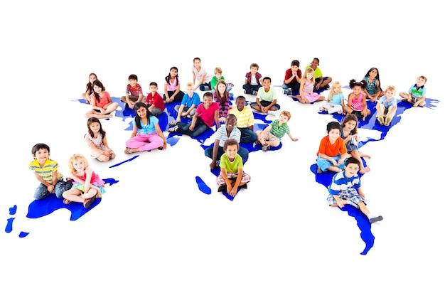 Gruppo di diversi bambini ritratto in studio