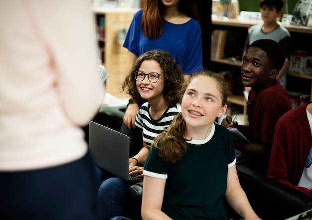 Gruppo di diversi studenti delle scuole superiori che studiano in classe