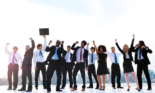 Gruppo di diversi uomini d'affari con le braccia alzate