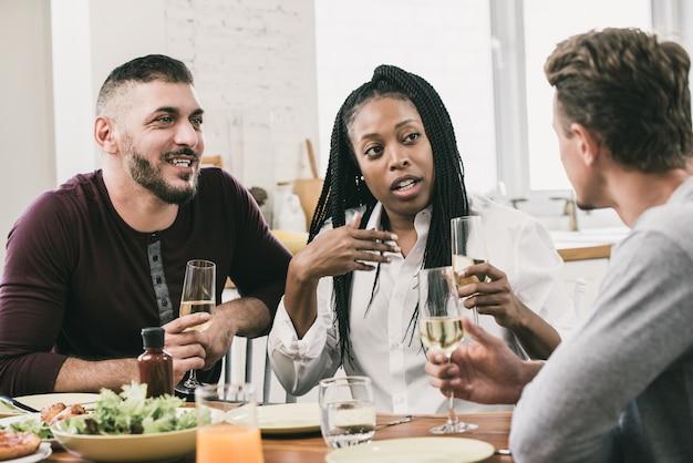 Gruppo di diversi vicini che hanno una conversazione in festa di raccolta sociale