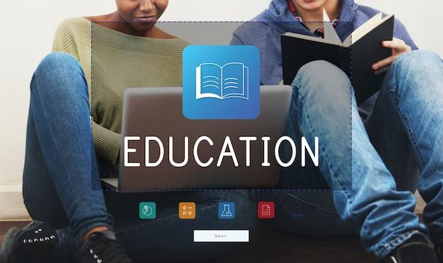 Gruppo di diversità di studenti che utilizzano computer portatile e libri