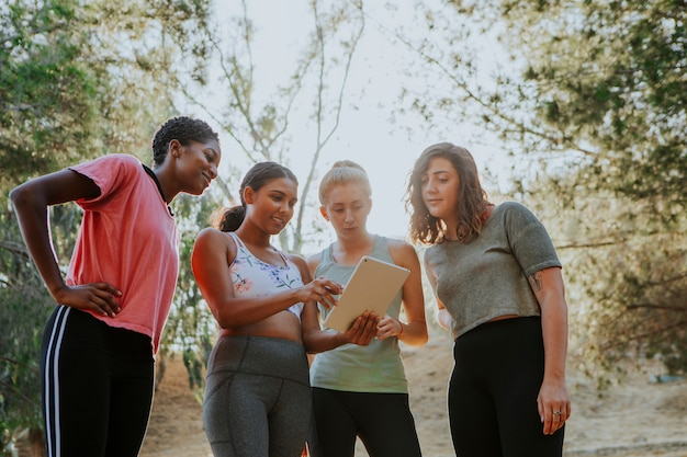 Gruppo di donne attive guardando una tavoletta digitale