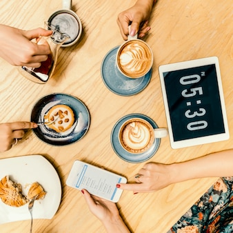 Gruppo di donne che bevono concetto del caffè