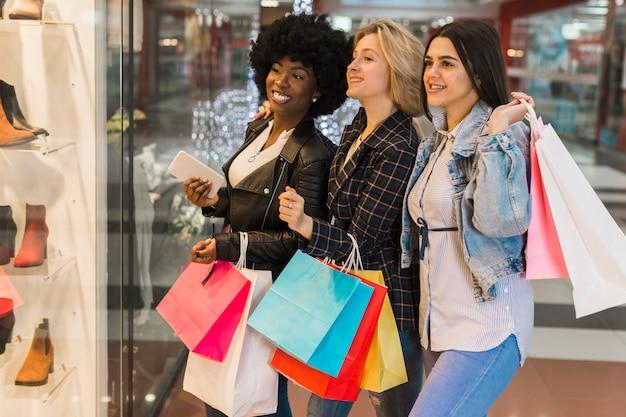 Gruppo di donne che controllano il centro commerciale