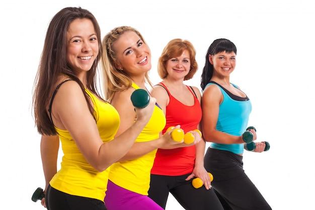 Gruppo di donne che si esercitano sopra il fondo