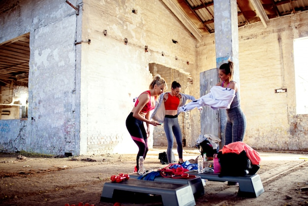 Gruppo di donne di fitness che si preparano per l'allenamento. concetto di donna forte.