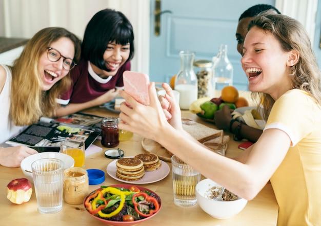 Gruppo di donne diverse prendendo selfie insieme