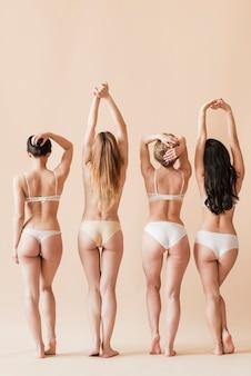 Gruppo di donne fiduciose in posa in un intimo