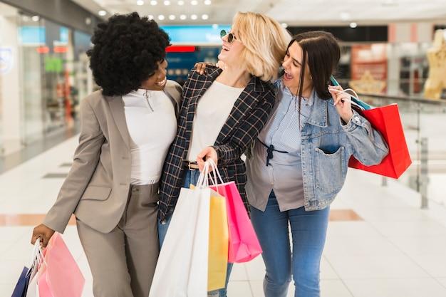 Gruppo di donne shopping felice