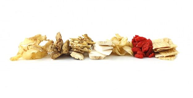 Gruppo di erbe cinesi della medicina su fondo bianco
