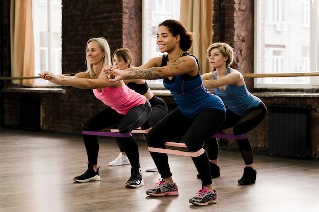 Gruppo di femmine che fanno insieme i pilates