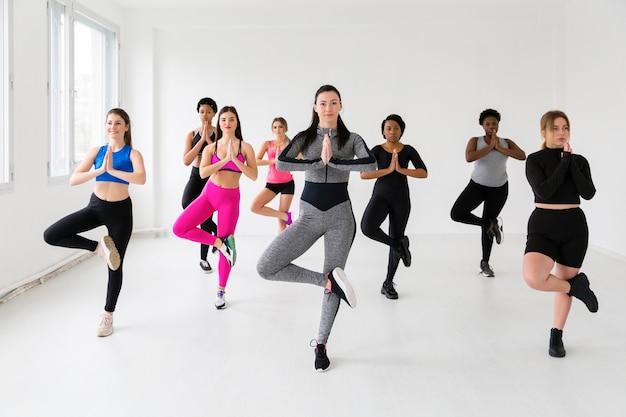 Gruppo di femmine in posizione fitness