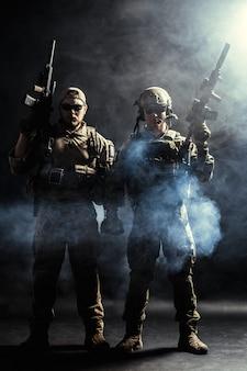 Gruppo di forze di sicurezza in uniformi da combattimento con fucili