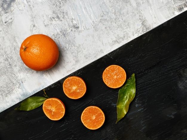 Gruppo di frutta fresca su bianco e nero