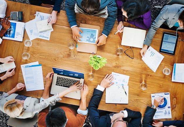 Gruppo di gente di affari che lavora nel concetto dell'ufficio