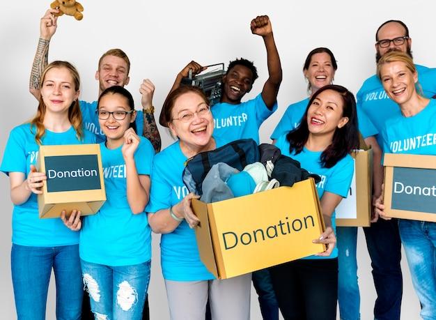 Gruppo di gente varia come volontario di servizio della comunità di donazione