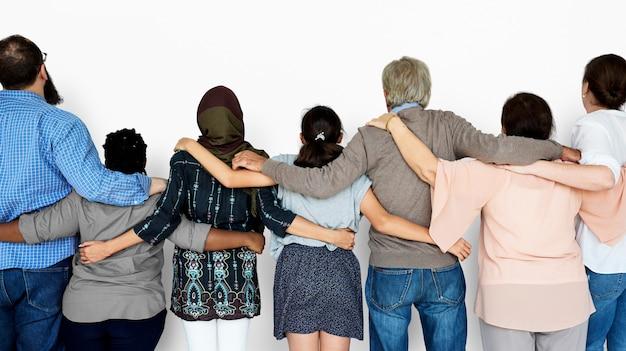Gruppo di gente varia insieme lavoro di squadra