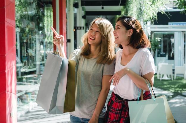 Gruppo di giovane donna asiatica shopping in un mercato all'aperto con borse della spesa nelle loro mani