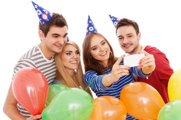 Gruppo di giovani che hanno una festa di compleanno