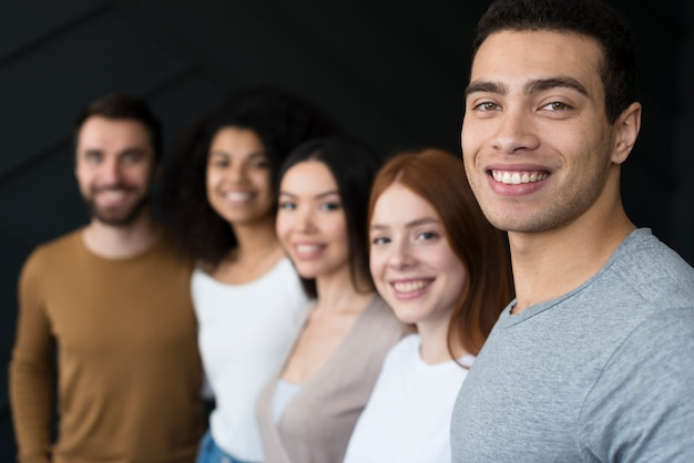 Gruppo di giovani che sorridono insieme