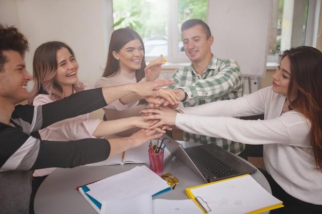 Gruppo di giovani che studiano insieme all'aula del college