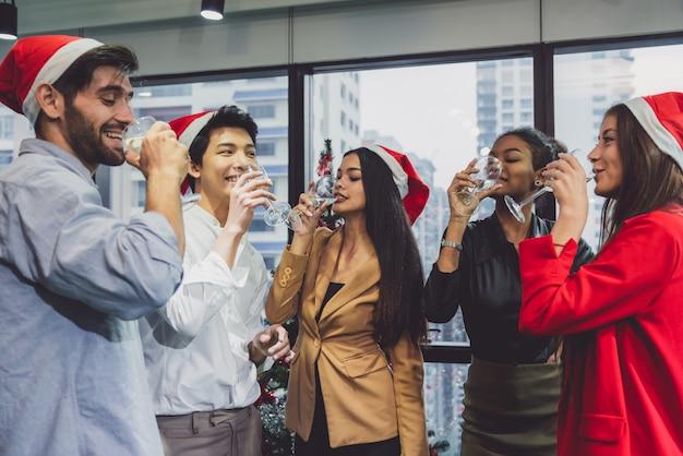 Gruppo di giovani creativi felici che celebrano