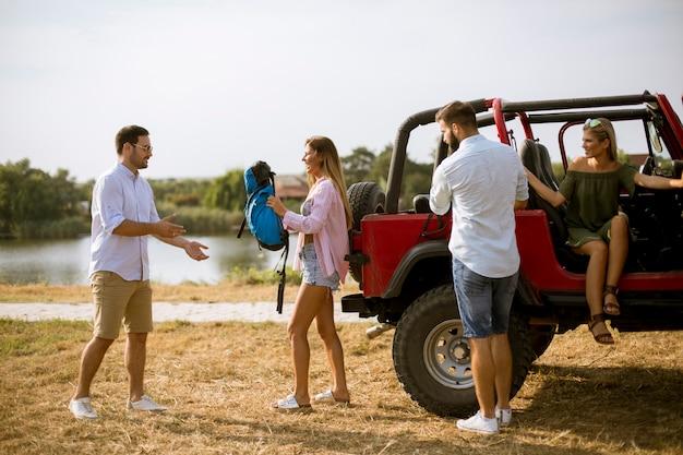 Gruppo di giovani divertirsi sulla riva del fiume