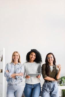 Gruppo di giovani donne che propongono insieme