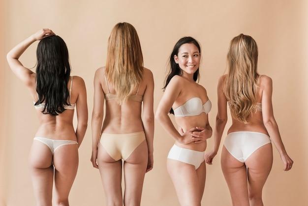 Gruppo di giovani donne in biancheria intima in piedi in diverse pose