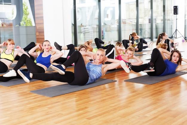 Gruppo di giovani donne nel fitness club