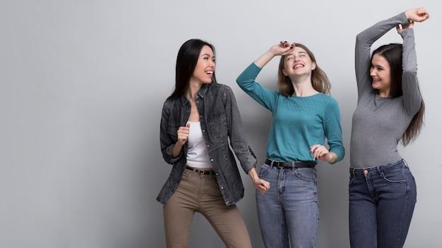Gruppo di giovani femmine che ballano insieme