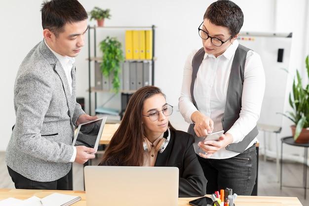 Gruppo di giovani imprenditori che lavorano insieme