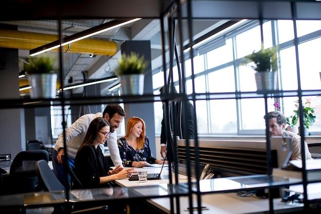 Gruppo di giovani imprenditori in ufficio moderno