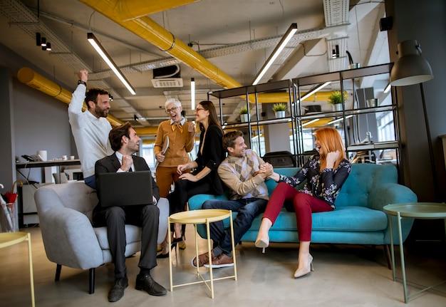 Gruppo di giovani imprenditori stanno lavorando insieme al computer portatile
