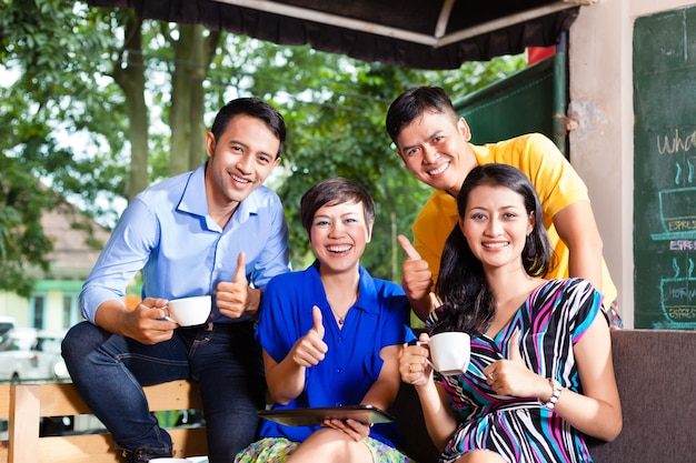 Gruppo di giovani in una caffetteria asiatica
