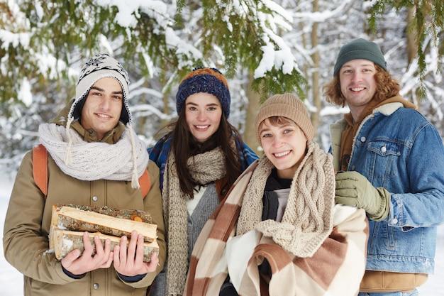 Gruppo di giovani nella foresta invernale