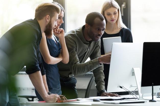Gruppo di giovani persone di affari in una riunione all'ufficio